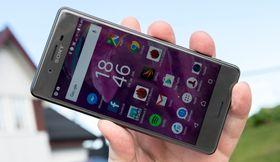 Skjermen har ikke 4K-oppløsning som i Xperia Z5 Premium, men med god lysstyrke og full-HD-oppløsning er det fortsatt snakk om en god skjerm å bruke.