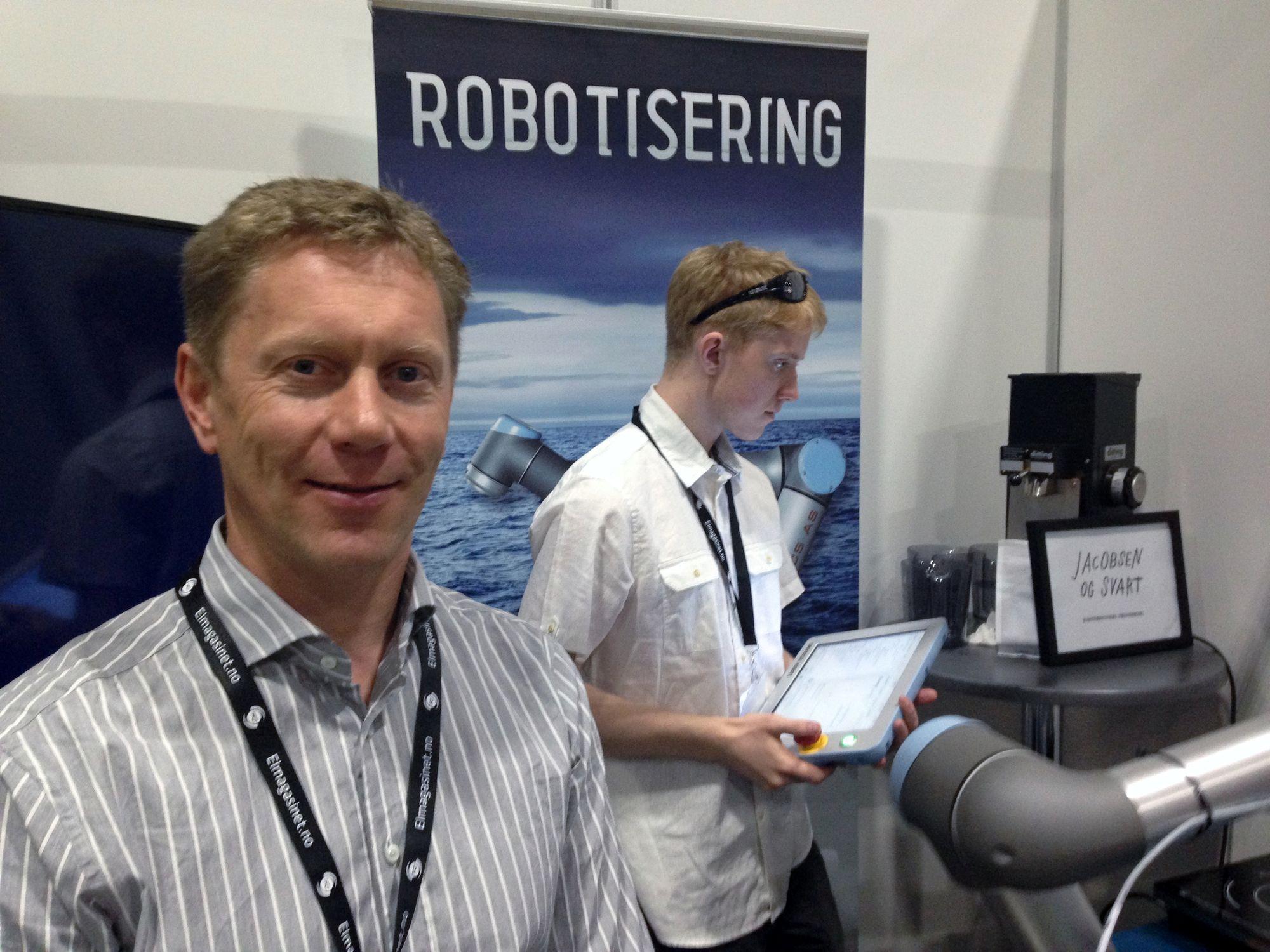 Frode Mastad er salgs- og markedssjef i APS Robotics AS. I bakgrunnen står student Andreas Døvle Ervik.