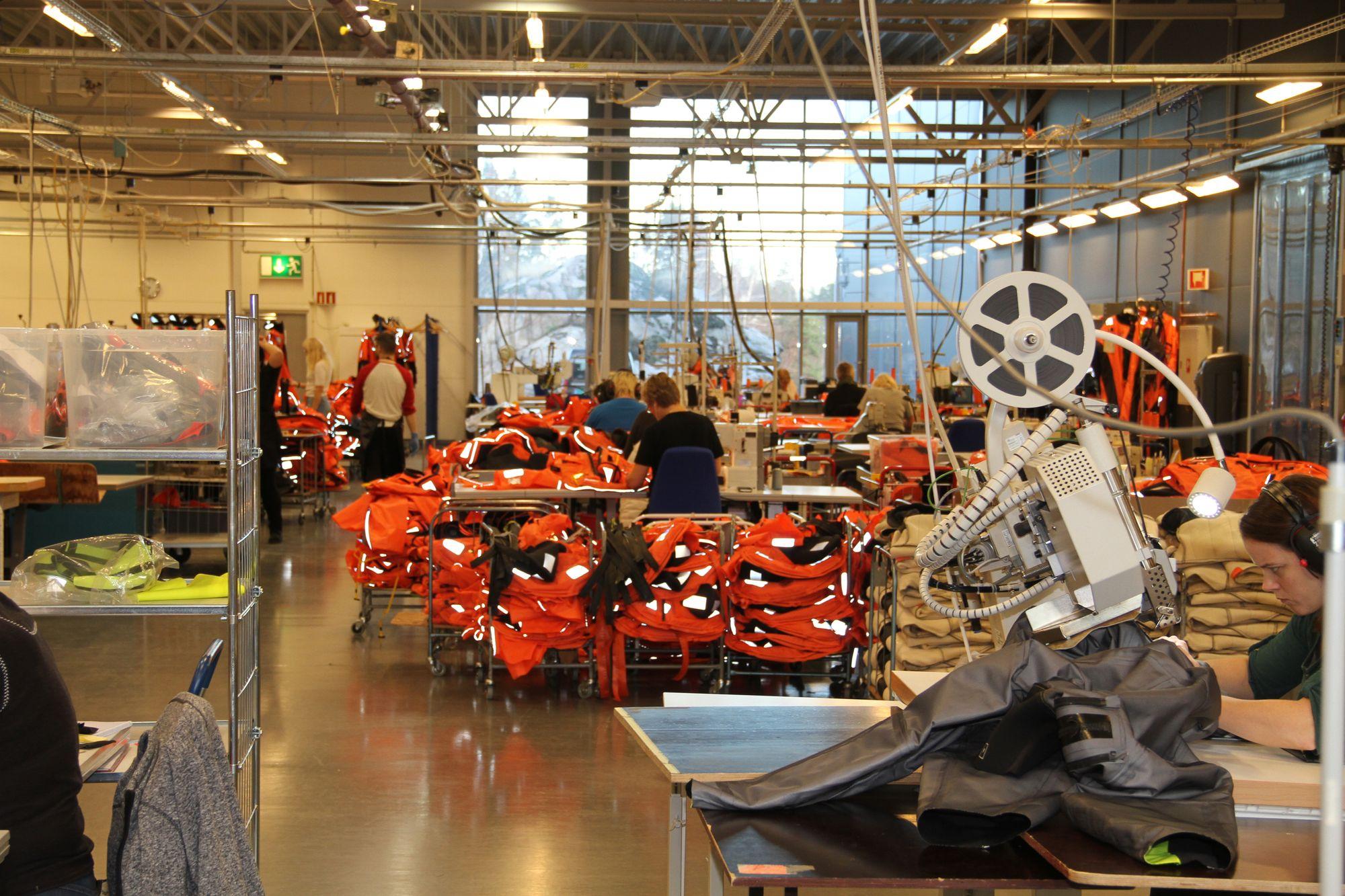 Hansen protection i Moss lager redningsdrakter. Det er svært komplisert å automatisere søm og myke materialer. Likevel leter ledelsen etter metoder for å øke graden av automatiseringen.
