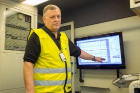 Seksjonsleder for infrastrukturvedlikehold i Jernbaneverket, Geir Harald Ingvaldsen forklarer hva målevognen måler langs det norske jernbanenettet.