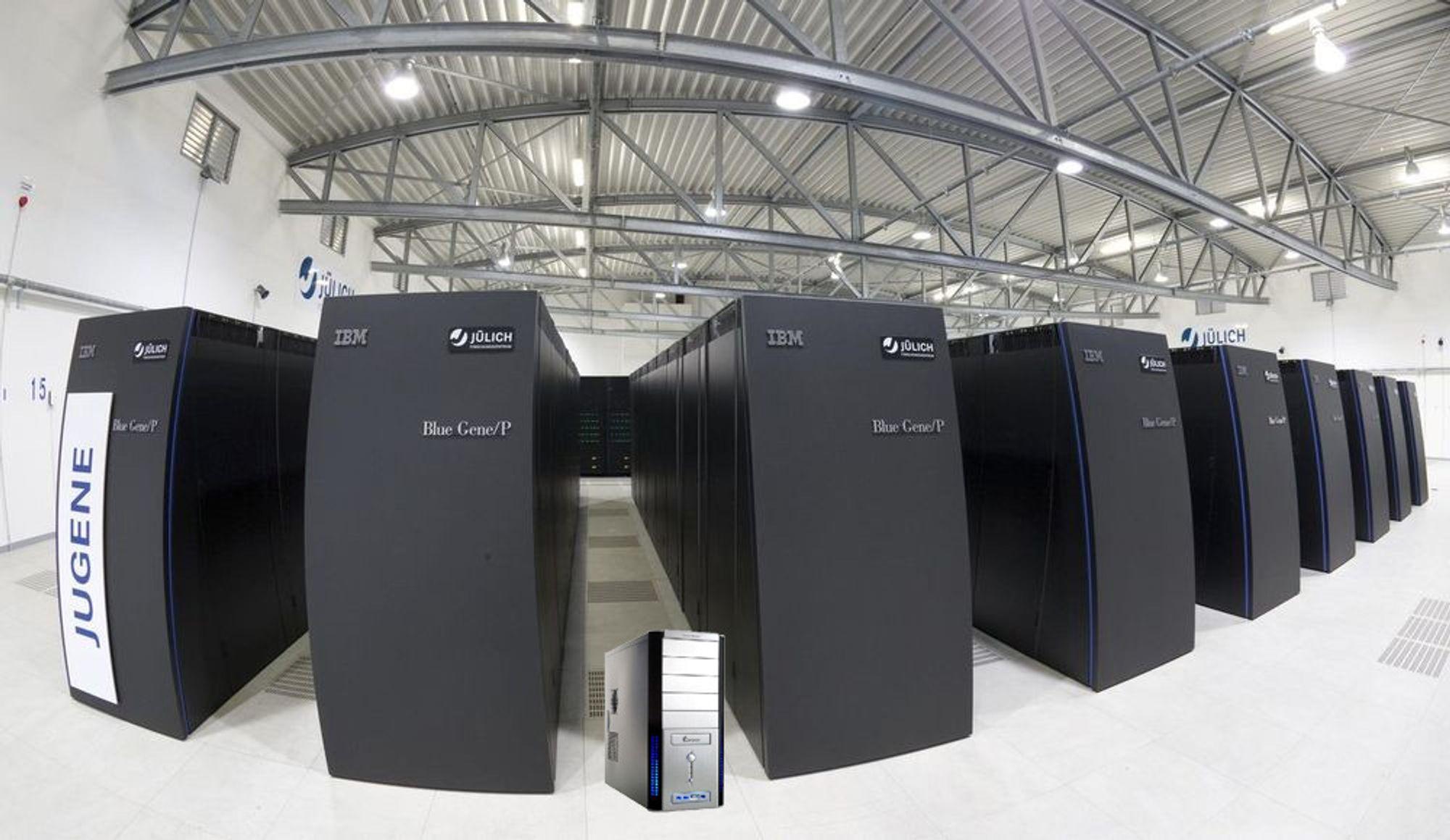 En regnejobb som superdatamaskinen JUGENE for noen år siden brukte flere dager på, kan i dag utføres på en vanlig pc. PC-en på bildet er vilkårlig valgt.