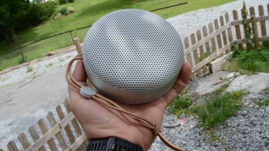 BeoPlay A1 er en liten, og hendig, høyttaler.