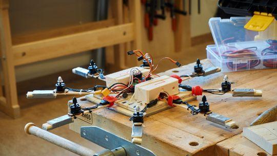En av de første dronene vi ble vist i sløydsalen. Denne hadde Vegar, den ene kurslederen, bygget.