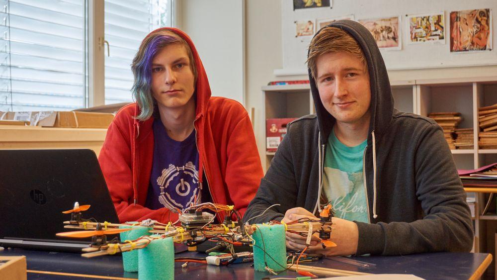 Ole Astro Borgen (venstre) og Stefan Bjørneseth (høyre) hadde bygget en litt spesiell drone, med tre armer og fire motorer.