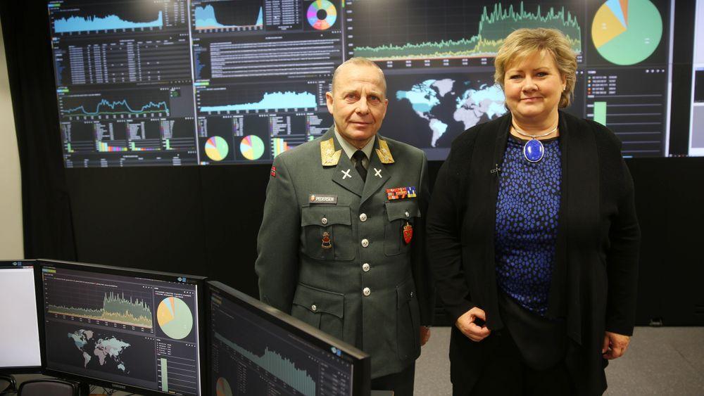 De fleste av IKT-utfordringene i Forsvaret kan bli løst hvis regjeringens langtidsplan blir vedtatt, mener generalmajor Odd Egil Pedersen. Her avbildet da statsminister Erna Solberg i 2014 besøkte det topphemmelige overvåkningsrommet hos Cyberforsvaret på Jørstadmoen.