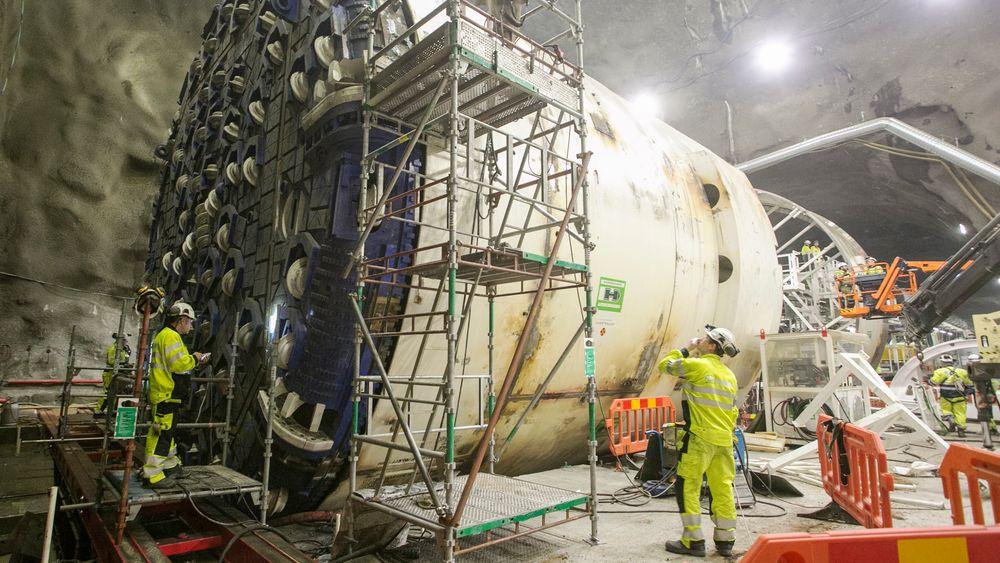 Den første av fire tunnelboremaskiner settes sammen i Follobanetunnelen. Men Direktoratet for arbeidstilsynet nekter Acciona Ghella å la arbeiderne jobbe 14 nattskift på rad.