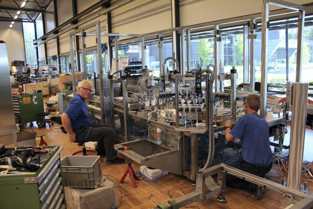 Store automasjonsceller bygges opp for kunder på Hønefoss. De er med på å beholde produksjon i Norge.