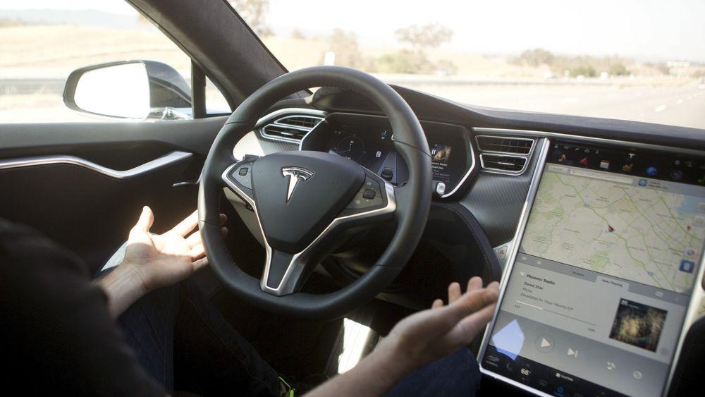 Bildet er hentet fra en pressevisning av Teslas autopilot-system i 2015. Nå etterforskes selskapet etter en dødsulykke.