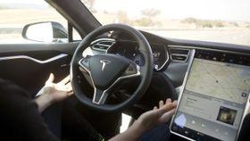 Tesla krever at føreren holder i rattet når Autopilot er aktivert.