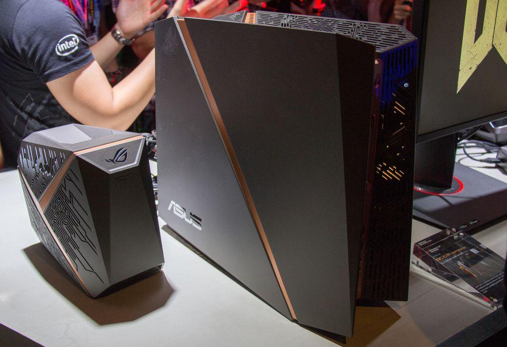 Her ser du Asus ROG G31 til høyre i bildet. Det som ser ut som en liten datamaskin til venstre er strømforsyningen.