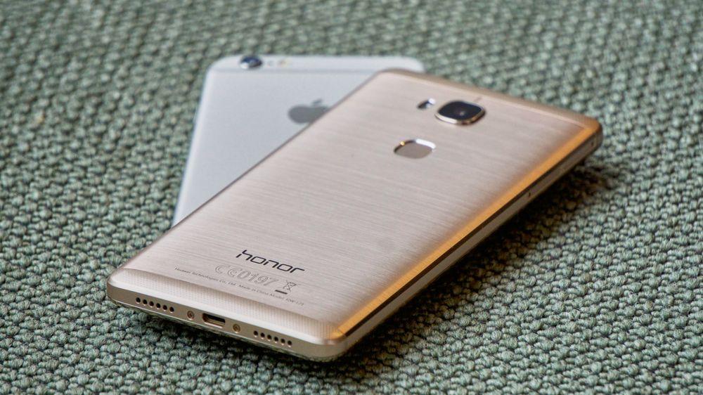 Honor 5X oppå iPhone 6 Plus, her fra testen av førstnevnte.