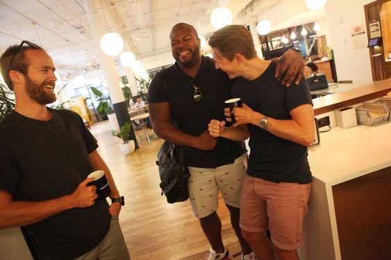 Lærer fra andre gründere. Cesura-gründerne drar nytte av det sosiale og dynamiske entreprenørlivet i New York. Selv om de bruker av sparepenger er det verdt det, mener de. Det var her de møtte MIT-studenten som utviklet prototypen til Cesura.