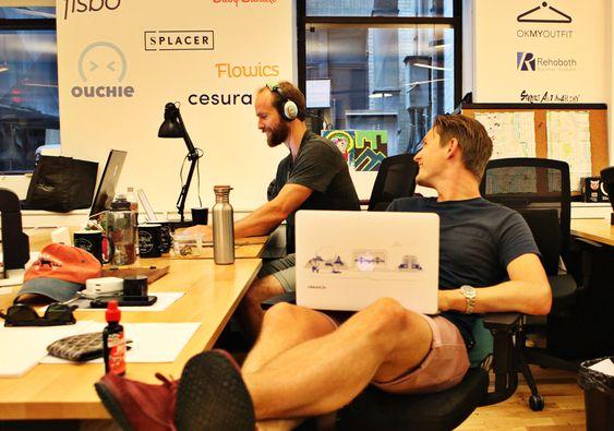 Kollegaer og venner. Fra felleskontoret på WeWork labs har Kristian Kannelønning og Erling Magnus Solheim funnet seg til rette. Cesura logoen er kommet opp på veggen, sammen med andre internasjonale startupbedrifter, hovedsaklig software.