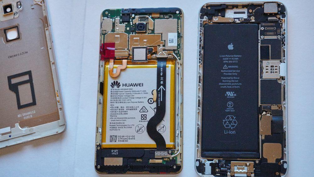 Apple og Huawei har omvendt komponentdesign. Mens Huawei har festet alle komponentene mot skjermdelen, har Apple mesteparten i selve rammen. Vi liker sistnevnte mye bedre.