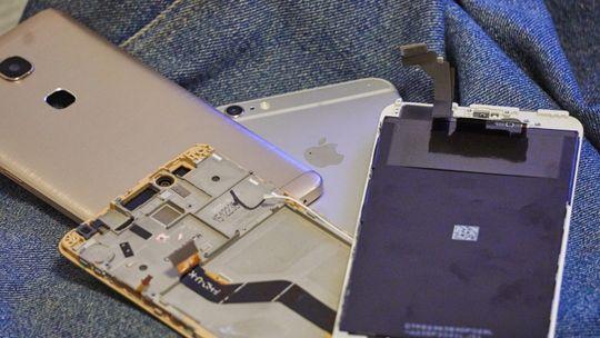 Her ser vi tydelige spor etter Huaweis store synd: de har lagt all elektronikken inn mot skjermen. På Apples telefoner er det kun kamera, mikrofon, høyttaler, noen sensorer og hjemknapp som er festet til skjermen. Det gjør den betydelig enklere å skifte.
