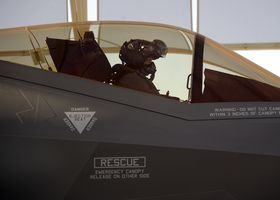 Martin Tesli i februar i forbindelse med at de norske flygerne passerte hundre flytimer med F-35.