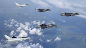 To amerikanske og ett britisk F-35B møtes av to britiske Eurofighter Typhoon på vei til England i juni.