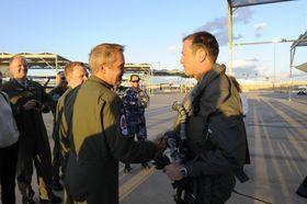 Morten Hanche (t.h) gratuleres av Martin Tesli etter at Hanche 10. november i fjor som første nordmann fløy F-35. Det skjedde på Luftforsvarets 71-årsdag.