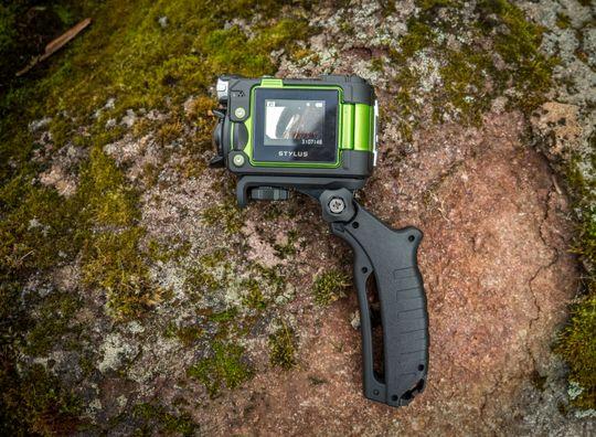 TG-Tracker kommer med et pistolgrep som gjør det lettere å filme håndholdt. Kameraet skiller seg ut med å ha en innebygget LED-lykt, men denne funksjonen kan vi gi hvilket som helst actionkamera med en hodelykt og gaffatape, og derfor har vi ikke vektlagt det noe i testen.