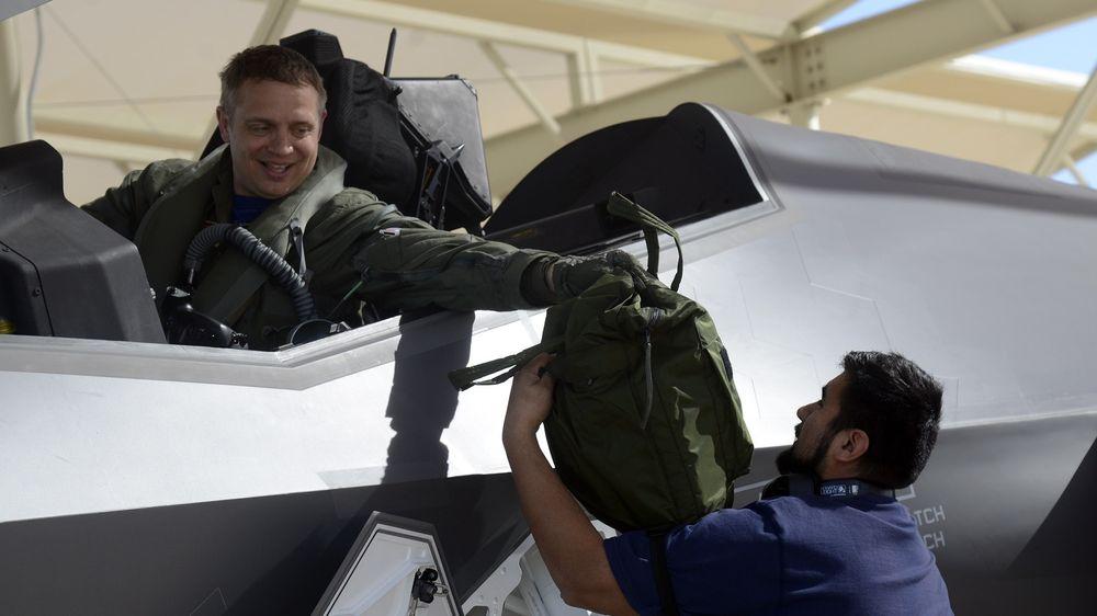 Oberstløytnant Martin Tesli assisteres av crew chief Ello Puga-Orozco etter en flytur.
