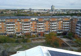 Dropper planlagt solsatsing: Det svenske utleieselskapet Familjebostäder har kledt taket på mange boligblokker i Rinkeby med solcelle-panel. Nå dropper selskapet paneler på mange nye husprosjekter.