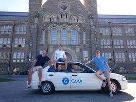 I ekte Silicon Valley-stil kjører guttene rundt i sin utslitte firmabil.