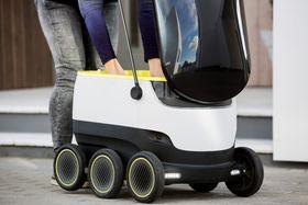Roboten rommer et par handleposer med varer og åpnes med en PIN-kode som sendes til mottakeren.
