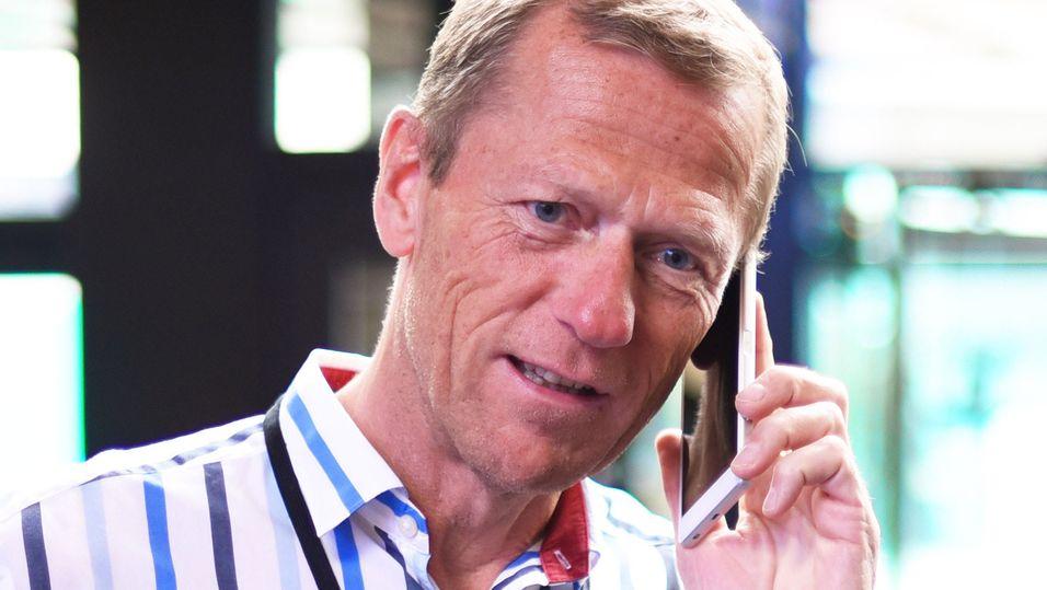 Lederen for bedriftsmarkedet Ove Fredheim og dekningsdirektør Bjørn Amundsen i Telenor får nå bedre innendørsdekning å tilby kundene, ved hjelp av kundens egen wifi-løsning.