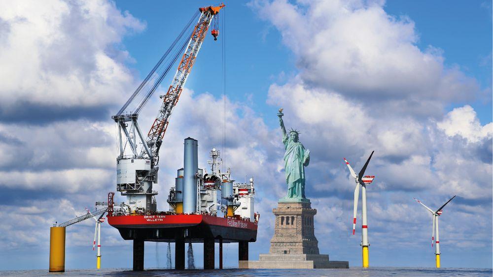 Når det norske installasjonsfartøyet Brave Tern løfter seg 15-16 meter opp fra vannet på sine fire ben, og heiser de enorme komponentene på plass, vil toppen av løftekranen ruve rundt 140-150 meter over havoverflaten. Det er rundt 50 meter høyere enn frihetsgudinnen, som måler 93 meter fra bunnen av fundamentet til toppen av fakkelen. IIlustrasjonsbildet er fra installasjonen av den tyske havvindparken Global Tech 1.