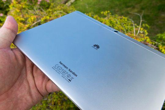 Baksiden av brettet prydes av Harman/Kardon-logoen. Selskapet samarbeider med Huawei om lyden i MediaPad M2.