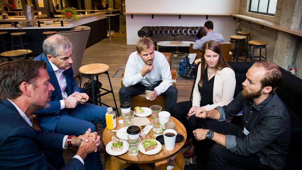 Inspirasjonstur i Silicon Valley: (Fra v.) Hans-Henrik Mercoll fra HP Enterprise i Norge (f.v), leder i Arbedierpartiet Jonas Gahr Støre sammen med gründerne Anders Mjåset, Aurora Berg og Erling Magnus Solheim på gründerfellesskapet Galvanize i San Francisco.