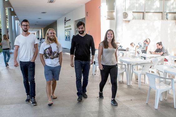 På vei hjem. Et års studier i Rio de Janeiro er over for Marin teknikk-studentene Guttorm Udjus, Tarjei Nærø Sandal, Børge Mokleiv og Johanne Tomine Vartdal. I bakgrunnen inngangen til deres studiested det siste året – Engenharia Naval e Oceânica.