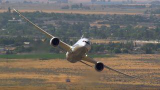 Se testflygerne leke seg med en Boeing 787-9