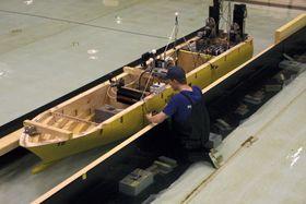 Mekanikeren Haakon Evjen fra Marintek monterer sensorer på skroget.