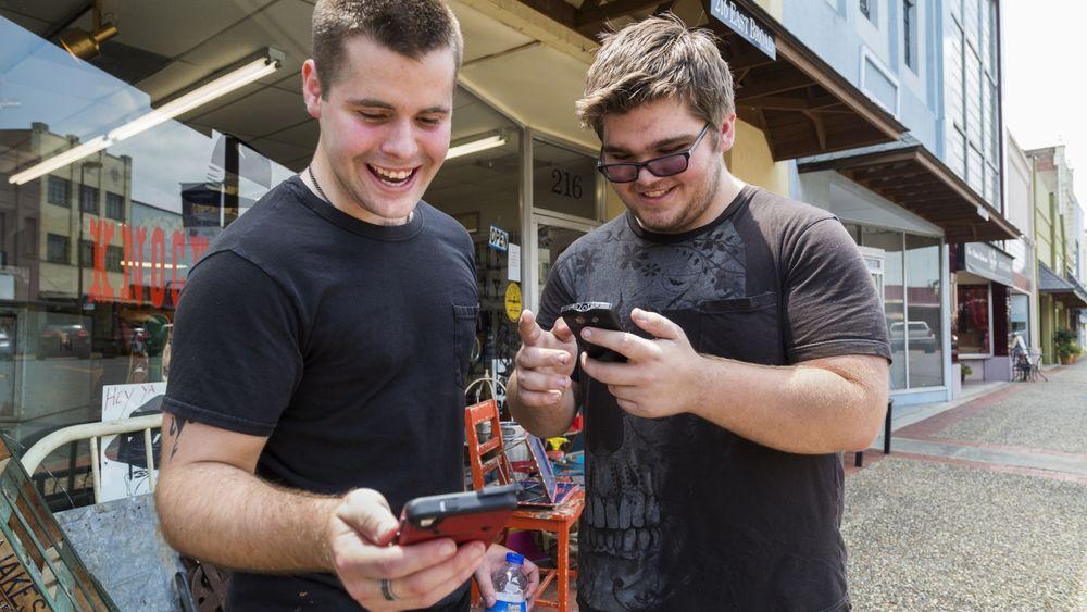 """Brødrene Jon og Ryan Edmonds fra Arkansas i USA ser ut til å kose seg med nye Pokémon Go. Et spill der du kan """"fange"""" figurer som opptrer i liksom-virkelighet ved hjelp av smartelefonens kamera og GPS."""