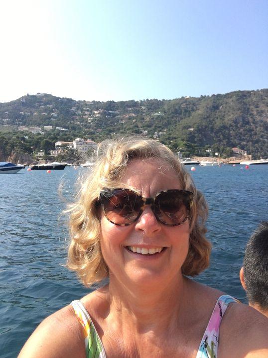 Berit Svendsen nyter late dager ved den spanske middelhavskysten, før kursen går til hytta på Hvaler.