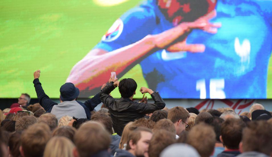 Kontraskjæret ved Akershus festning samlet fotballinteresserte. Og svært mange brukte mobilene sine under kampene i EM.