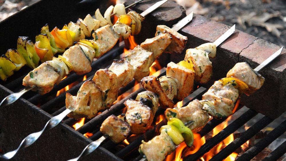 Grilling over åpen flamme eller bål gir høyest konsentrasjoner av helseskadelige stoffer.