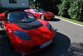 To Tesla Roadster utenfor Villa Otium, den amerikanske ambassadørens residens.