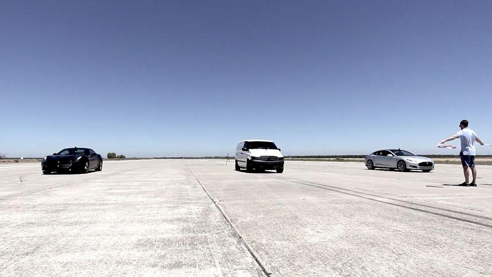 Varebilen kjører fra en Ferrari og en Tesla. Men den er bare en demonstrasjon av Atievas elbilplattform.