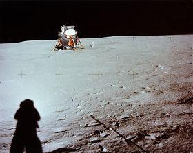 Neil Armstrong tok dette bildet da han var ute på sin første vandring på den hvite måneoverflaten. Bildet har i senere tid blir ikonisk, og er også heftig debattert av diverse konspirasjonsteoretikere.