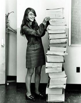 Margaret Hamilton viser hvor omfattende koden til styringssystemet til Apollo 11-ferden var.