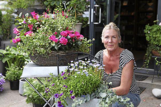 MATCHENDE FARGER: – Det er flott når det er litt stort og matcher litt sammen, sier blomsterdekoratør Gitte Gjelsnes.
