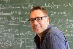 Eirik Grude Flekkøy mener eksperimentering i laben fører til mindre prøv og feil i industrien.