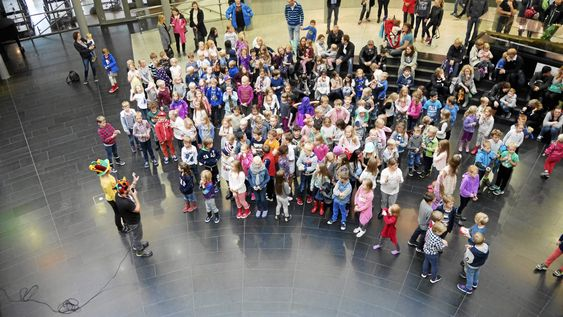POPULÆRT: Flere hundre barn deltok i lesekampanjen i fjor. Alle disse barna var på is- og bokfest på biblioteket. Det er ganske imponerende, og i år håper biblioteket på enda flere!
