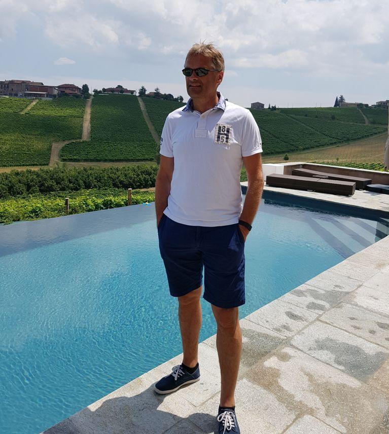 La vita è bella: Telia-sjef Abraham Foss har tatt med seg mengder av elektronikk og dingser på ferien i et av Italias beste mat- og vindistrikter.
