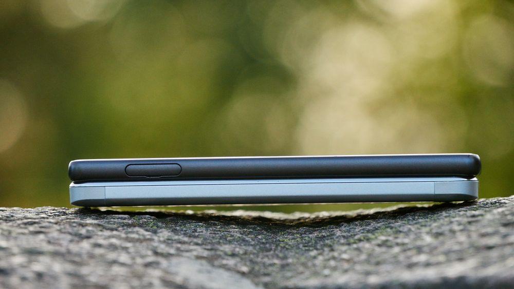 Vibe K5 (8 mm) er ikke en veldig tynn mobil, men de buede kantene hjelper den med å lyve på seg noe slankere midje. Her målt mot Sonys Xperia X på 7,9 mm.