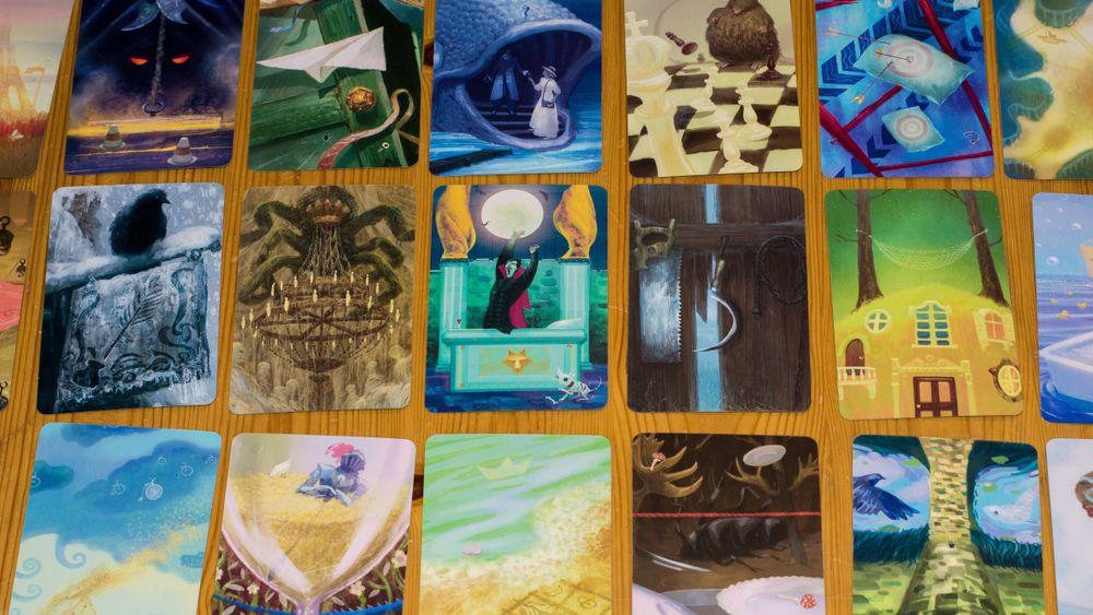 Et lite knippe av de mange kortene i Mysterium.