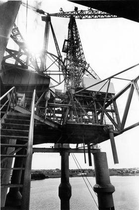 Essos boreplattform for leteboring i Nordsjøen Ocean Traveler klar til innsats. den første leteboringen ble startet 19. juli 1966. Her plattformen utenfor Stavanger før utsleping.
