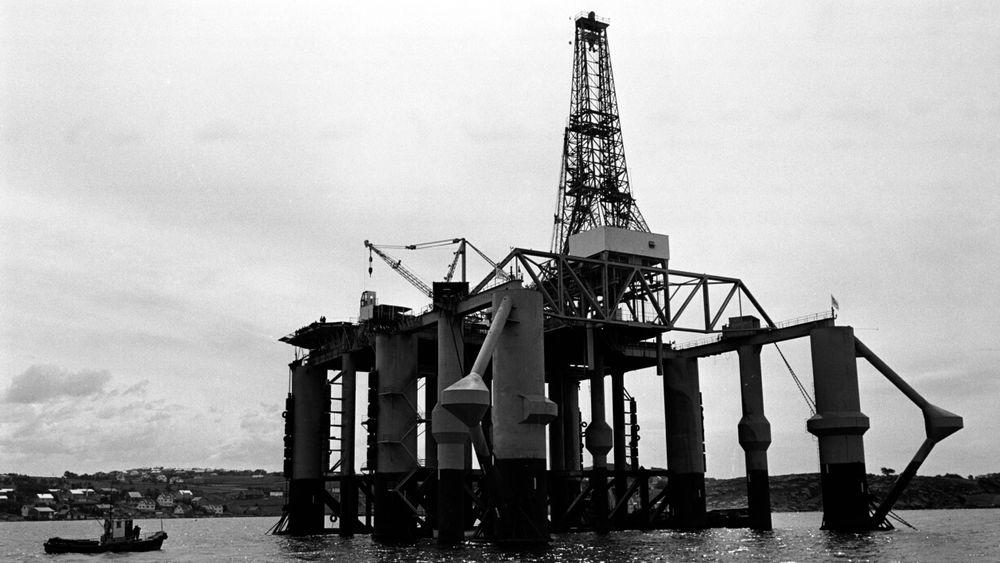 STAVANGER Juli 1966: Essos boreplattform for leteboring i Nordsjøen Ocean Traveler klar til innsats. den første leteboringen ble startet 19. juli 1966. Her plattformen i Dusavika utenfor Stavanger hvor den klargjøres før utsleping.